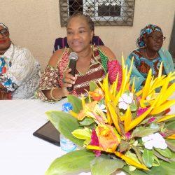 Mme Cissé Aîssatou Sèye (micro en main) explique la gestion du temps à ses filleules.