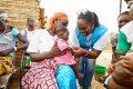 Un travailleur humanitaire de l'Agence des Nations Unies pour les réfugiés (HCR) s'occupe d'un bébé dans un centre de santé soutenu par l'ONU dans la région nord du Burkina Faso (OCHA / Giles Clarke)