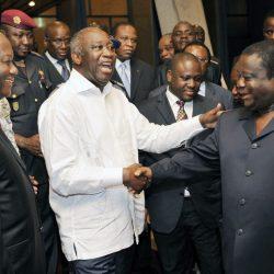 Le Président Alassane Ouattara (à gauche au premier plan) gagnerait à désamorcer une bombe à déflagration, en engageant un dialogue sincère et utile pour la Côte d'Ivoire avec les partis de Laurent Gbagbo (au milieu, chemise blanche. Il était alors Président de la République quand les deux autres étaient ses opposants) et Henri Konan Bédié (à droite), deux ex-chefs de l'Etat qui l'ont précédé au Palais.